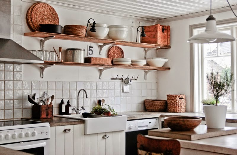 Biała kuchnia rustykalna z drewnianymi półkami  zdjęcie w   -> Kuchnia Rustykalna Inspiracje