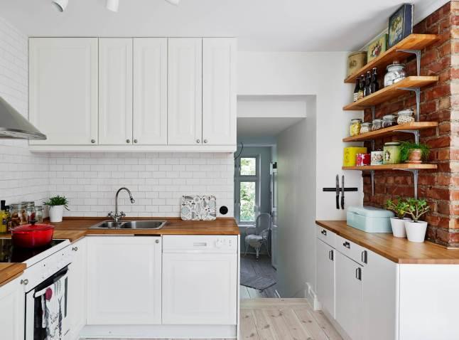 Biała kuchnia z drewnianymi blatami i czerwoną  zdjęcie w   -> Kuchnia I Cegla