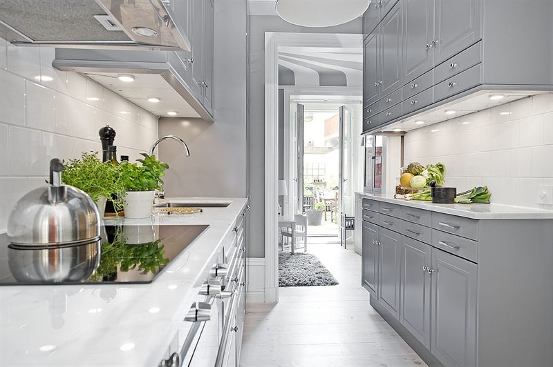 Aranżacja Małej Kuchni W Bieli I Szarości Zdjęcie W