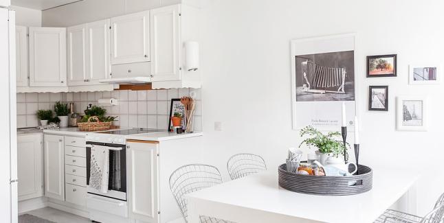 Skandynawska biała kuchnia ze stołem i ażurowymi - zdjęcie w serwisie Lovingit.pl (24707)